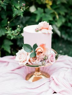Pretty little cake. Love the flower placement.