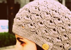 Gorro en Crochet o Ganchillo by Ahuyama Crochet. Aprende a tejer este gorro super lindo y femenino a crochet o ganchillo. Te enseñamos paso a paso este tejido de abanicos que seguro te gustará.