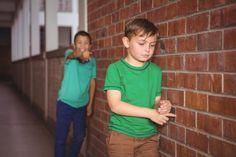 NEM A GYEREK A HIBÁS, HA ZAKLATJÁK AZ ISKOLÁBAN!  Esetlen,  vékonyka  esetleg túl jól tanul – ha a gyerek nagyon más  mint a többiek  ez okot adhat arra  hogy tár...