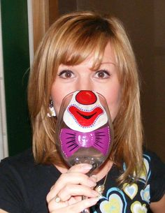 Face Changing wine glass - could be fun idea for kids drinks! Wine Bottle Glasses, Diy Wine Glasses, Decorated Wine Glasses, Hand Painted Wine Glasses, Wine Bottles, Wine Glass Crafts, Bottle Crafts, Clown Faces, Glass Art
