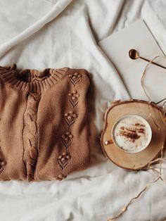 Fotografia produktowa - Aranżowane zdjęcia produktowe   Voska Studio --- Sweather / cozy photo / flatlay / coffee / coffee flatlay