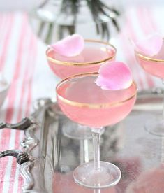Friday Favorites Lady Rose Cocktails to send us into the weekend! Cocktail Pink, Signature Cocktail, Bebidas Com Rum, Cocktails Vodka, Sweet Cocktails, Cocktail Original, Valentine Drinks, Valentines, Just Girly Things