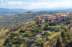 Calabrië-Aliano - op 30 km van Senise - is spectaculair gelegen op de top van een heuvel, 500 meter boven zeeniveau