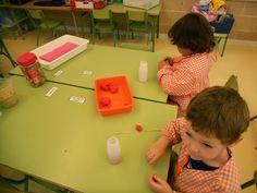 P4 RACONS Fem boles de plastilina, les posem a l'ampolla i les traiem punxant amb el pal de pinxo Escola Lacustària