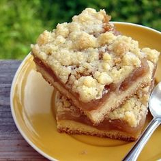 Crumble cake with apples, cinnamon and honey. (in Polish)