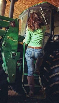 Girls with Trucks & Tractors By Razin Cane Hot Country Girls, Country Girl Style, Country Women, Trucks And Girls, Car Girls, Redneck Girl, Sexy Cowgirl, Sexy Jeans, Up Girl
