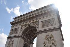 Der Pariser Triumphbogen (Arc de Triomphe) wurde zwischen 1806 - 1836 errichtet. Nebst dem Eiffelturm gehört der Arc de Triomphe zu den berühmtesten Wahrzeichen in Paris. Der Triumphbogen steht als Gedenken an die Toten, die im ersten Weltkrieg gefallen sind.