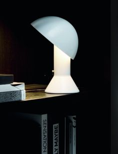 Elmetto: a brilliant table lamp for a living room
