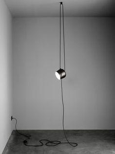 Scopri Lampada AIM Small -LED / Da sospendere - Con cavo e presa - Ø 17 cm, Nero di Flos, Made In Design Italia
