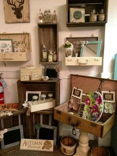 Store Display with Vintage Suitcases Antique Store Displays, Antique Mall Booth, Antique Booth Ideas, Antique Stores, Market Displays, Craft Show Displays, Display Ideas, Retail Displays, Jewelry Displays