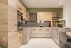 Moderne Küche in Dekor Concreto kombiniert mit Bergeiche Dekor. Hervorzuheben sind die Oberschränke mit Schiebetüren, die 2 cm dünne Arbeitsplatte sowie der angrenzende Esstisch mit Kufengestell. Besonders innovativ sind der integrierte Roll-Auszugtisch, der Oberschrank mit Absenkeinheit sowie das Metallrahmengestell für Kräuter, Gewürze etc. Kitchen Cabinets, Home Decor, Kitchen Contemporary, Countertop, Dinner Table, Closet, Homes, Decoration Home, Room Decor