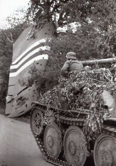 Pendant les premiers jours du débarquement en Normandie, un blindé de la division passe devant une haie où est accroché une aile provenant  d'un C-47 ou d'un planeur Waco crashé. Pendant la campagne de Normandie, les équipages de blindés allemands passèrent maîtres dans l'art du camouflage, transformant leurs véhicules en véritables bosquets ambulants, pour échapper à la vue des chasseurs bombardiers alliés