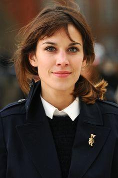 Chaqueta marinera, botón de camisa abrochado y broche naïf... puro YO.