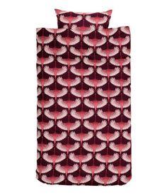 Dunkelblau/Vögel. Bettwäsche aus feinfädiger Baumwolle mit Musterdruck. Der Bettbezug wird unten mit verdeckten Metalldruckknöpfen geschlossen. Ein