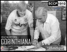 Henrique ex-jogador do Corinthians, ao lado do presidente Vicente Matheus durante assinatura de contrato no clube.