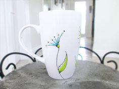 Kaffee-Tee-Tasse mit Wildblumen, Feld Blumen Krug, Hand bemalt Porzellan, personalisierte Becher, Cute Tassen, Custom Design, gelb-grün-blau