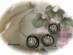 FRANCINE BRICOLE : Collier tons verts- trois médaillons à capsules em...