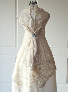 Elegantes, leichtes Schultertuch, das sich in Weiß oder Creme perfekt als Brautstola eignet - Anleitung via Makerist.de