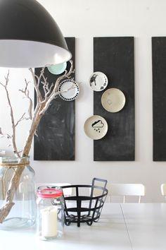Tafeln mit Teller an der Wand
