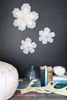 DIY – 3 Manualidades con Blondas / 3 Crafts with Doilies Star Decorations, Flower Decorations, Christmas Decorations, Decoration Party, Doilies Crafts, Paper Doilies, Weekend Projects, Craft Projects, Project Ideas