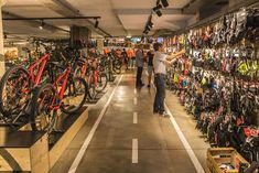 PROBIKE - Alexandra Niubò Studio Diseño de Interiores en Barcelona. Mobiliario hecho a medida , tienda bicicleta , estilo industrial , hierro y madera . Mtb Shop, Motocross Store, Bicycle Store, Shopping Center, Store Design, Cycling, Barcelona, Office Ideas, Bicycles