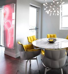 "8 curtidas, 1 comentários - In Plus:Cristiana Mascarenhas (@inplusinc) no Instagram: ""#inplusinc #pinkflamingo ##moooipendant #yellowchair #diningroom"""