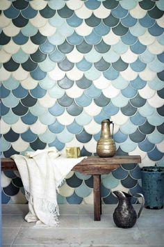 Тренд в дизайне интерьера — облицовка плиткой «рыбья чешуя»