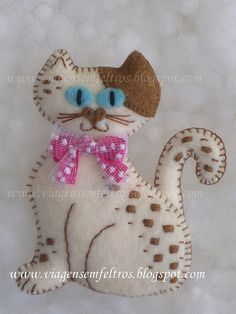 Felt cat for cooper Cat Crafts, Kids Crafts, Craft Projects, Sewing Projects, Arts And Crafts, Felt Embroidery, Felt Applique, Felt Christmas Ornaments, Christmas Crafts