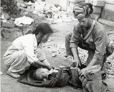 미군에게 조사받는 북한군 포로들…기록으로 보는 인천상륙작전과 서울수복