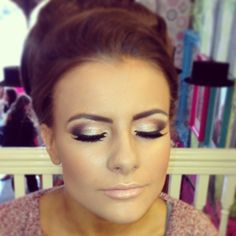 Wish I could do eyeshadow like that..