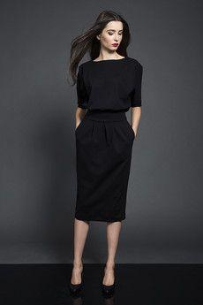 Ponadczasowa sukienka uszyta z grubszej wytrzymałej dzianiny w kolorze soczystej fuksji/czerwieni/czarnym.Dzianina dobrej jakości , nie mechaci się, ani nie wypycha.Krój sukienki bardzo kobiecy, a jednocześnie wyjątkowo wygodny i uniwersalny. Sukienka sprawdzi się w wielu sytuacjach. Jest odpowiednia dla różnych sylwetek, bo zakrywa ewentualne mankamenty figury. Góra sukienki o kimonowym luźnym kroju, w talii dopasowana szerokim pasem, dół w kształcie tulipana-luźny w biodrach, zwężający ku…