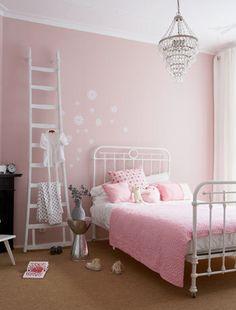 Door de kroonluchter, ladder en lieve pastelroze beddengoed oogt deze meisjeskamer super romantisch! ❀ Little girl's room in romantic pink pastels. #meisjeskamer #roze #slaapkamer #spijltjesbed