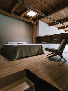 altra foto che ritrae la camera da letto inserita sopra la cucina (vedi altra foto)  e che lascia dialogare questo ambiente con il resto della casa.