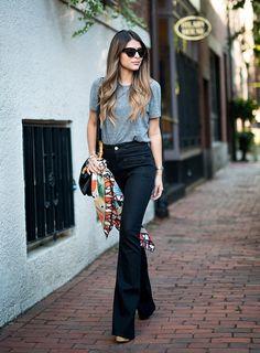 calça flare com camiseta cinza e lenço amarrado na bolsa