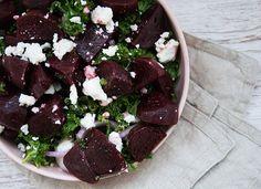 Rødbedesalat med feta og grønkål - en skøn, velsmagende og nem vintersalat med mørkerøde sunde rødbeder - få opskriften her