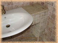 helytakarékos, félig beépített mosdó