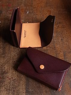 I am going to try to make this. This leather crafter does very nice work! Leather Art, Leather Gifts, Leather Card Case, Leather Pouch, Leather Design, Leather Tooling, Leather Wallets, Handmade Leather, Crea Cuir