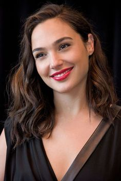 Gal Gadot hairstyles & makeup - celebrity beauty, Wonder Woman | Glamour UK
