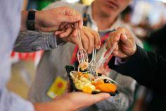 CEBICHE - PERÚ - CEBICHE, PERÚ Marinado con jugo de lima, sal y chilli, el héroe de este plato es el pescado crudo. Uno de los más habituales es el ceviche de róbalo, con maíz y papa.