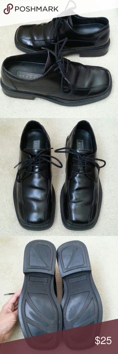 Kenneth Cole Reaction Men's Black Oxford Shoes These men's shoes were worn to a few job interviews. Size 9, and they fit true to size. Some wrinkles and creases in the leather. Leather upper, sole man made. RM11385LE is the style number. Please let me know  if you have any qtns, can be found on M for less. More than happy to answer questions or post more pictures Kenneth Cole Reaction Shoes Oxfords & Derbys