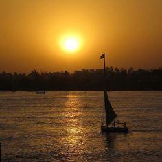 Pôr-do-sol no Rio Nilo em Aswan com Felucca ao fundo by ale_cury
