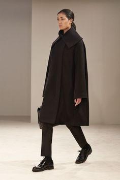 Guarda la sfilata di moda The Row a New York e scopri la collezione di abiti e accessori per la stagione Collezioni Autunno Inverno 2014-15.