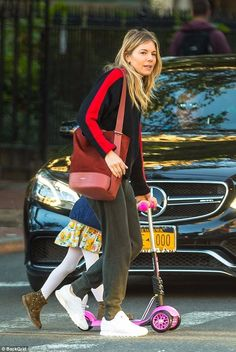 Casual: Sienna Miller, looked low-key chic as she headed out with her daughter, Marlowe, who she shares with actor Tom Sturridge, during a casual outing in New York on Wednesday Sienna Miller Style, Rolled Up Jeans, Tokyo Fashion, Party Fashion, Casual Chic, Autumn Winter Fashion, Celebrity Style, Cute Outfits, Street Style
