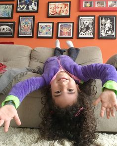- Mamãe eu treinei muito pra ficar assim... tira uma foto divertida minha de ponta cabeça?   Como é bom ser criança né?? Tudo é motivo de altas risadas e gargalhadas...   Bom domingo pessoas e pessoinhas!    #MaternidadeColorida #MinhaPessoinha #BrincadeiraDeCriança #Infância #MuitoAmô #MundoLudicoDaClara