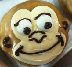 monkey donut Halloween Donuts, Delicious Donuts, Hand Designs, Monkey, Cupcakes, Coffee, Breakfast, Food, Donuts