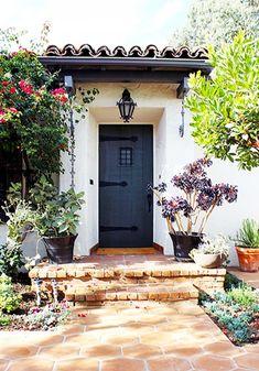 LyA la combinación del piso con orilla de ladrillo y el techito de la puerta