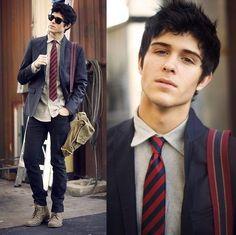 Gravata, blazer e calça.