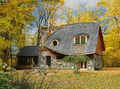 Bijzonder, sfeervol, mooie lijnen, van steen is leuk Love the roof lines.