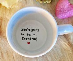 Zwangerschap aankondiging Surprise mok! Je wordt oma Grandma Mug, New Grandma, Cute Baby Announcements, Hand Painted Mugs, Protective Packaging, Paint Designs, Handmade Shop, I Shop, Initials