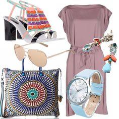 Outfit comodo nell'abito cipria di seta con bellissima borsa effetto mandala il sandalo ultracolor e gli orecchini con strass e pietre abbinate a orologio turchese. Adatto alla signora dai 40 anni in su...